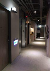 ライトニングがオシャレな廊下。