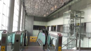 キレイな駅館内。ながーいエスカレーターで地下3Fまでおります。