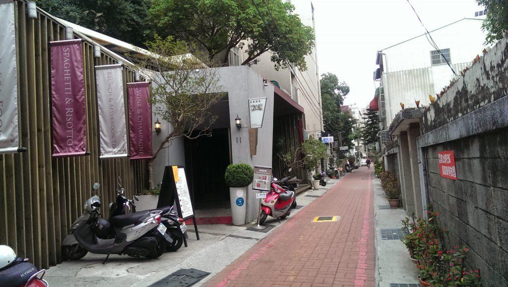 角を曲がるとそこはオシャレカフェが立ち並ぶ小道。ここをまっすぐいくとホステルに着きます。